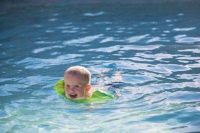 游泳池,幼儿,浮水圈,2岁到3岁,仅一名男孩,水,美国,水平画幅,人,夏天