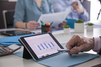 商务会议,平板电脑,线图,饼图,会议室,电话会议,柱图,会议桌,无法辨认的人,忙碌