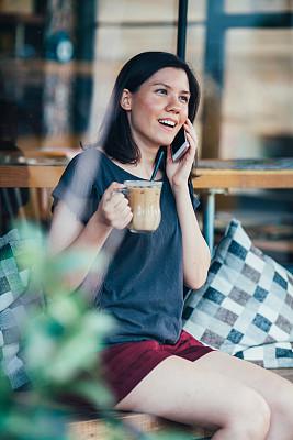 幸福,青年女人,2015年,茶水间,仅青少年,垂直画幅,美,青少年,咖啡店,电话机