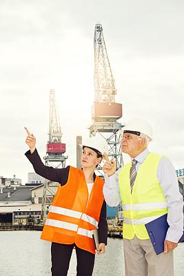 经理,青年人,工程师,美女,女性,石油钻塔,职业安全与健康,垂直画幅,建筑承包商,能源