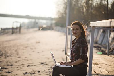 电子阅读器,电子邮件,30岁到34岁,仅成年人,网上冲浪,青年人,技术,计算机,篱笆