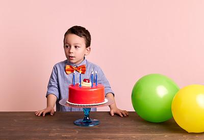 生日,儿童,可爱的,生日蜡烛,生日蛋糕,4岁到5岁,仅一名男孩,留白,学龄前,半身像