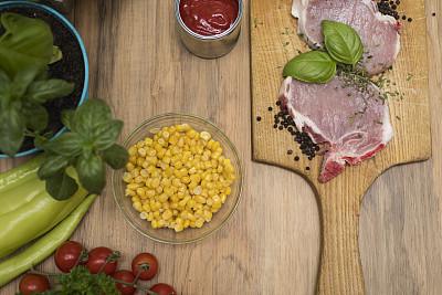 生食,肉,厚木板,蔬菜,番茄沙司,樱桃番茄,格子烤肉,水平画幅,椒类食物,排骨