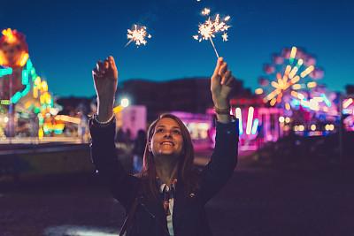 游乐园,幸福,女孩,美好祝愿,摩天轮,旋转木马,旋转类游乐,闪烁发光,向上看,留白