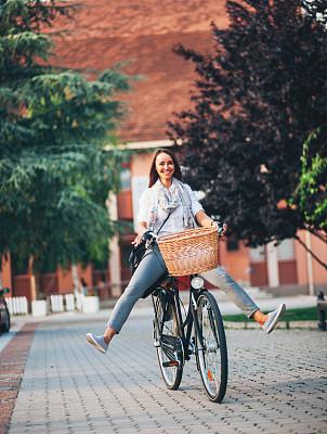 乐趣,青年女人,市区路,脚悬空,自行车篮子,垂直画幅,留白,仅成年人,青年人,信心