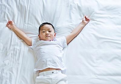 男孩,床,小睡,就寝时间,正面视角,留白,半身像,四肢,早晨,男性