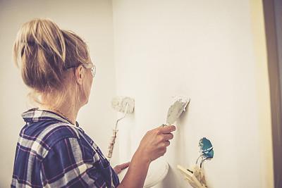 青年女人,墙,住宅内部,油灰,故障维修工具,炊具刀,工艺刀,留白,半身像,家庭生活