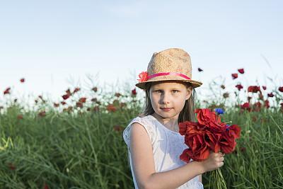 女孩,拉脱维亚,草帽,天空,美,水平画幅,夏天,户外,花束,白色
