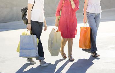女儿,母亲,纸,购物袋,支出,纸袋,三个人,购物中心,星期五,少量人群