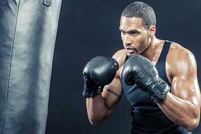 拳击沙袋,沙袋,拳击,鼓起肌肉,拳击台,格斗运动,用拳猛击,拳击手套,仅成年人,黑色背景
