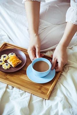 早晨,咖啡,垂直画幅,四肢,家庭生活,腿,脆饼干,饮料,仅成年人,杯