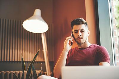 笔记本电脑,青年男人,二郎腿,客房预订,灯,男商人,男性,仅男人,仅成年人,现代