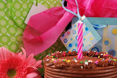 生日,周岁生日会,礼品袋,生日蜡烛,水平画幅,生日蛋糕,无人,礼物标签,巧克力蛋糕,华丽的