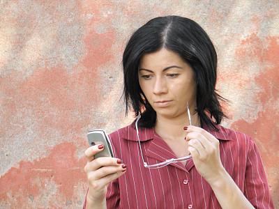 女人,眼镜,手机,商务,专业人员,一个人,技术,仅一个青年女人,消息,忙碌