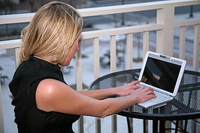 笔记本电脑,半身像,休闲活动,水平画幅,户外,白人,仅成年人,青年人,专业人员,彩色图片