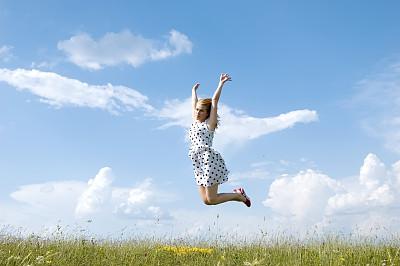自由,脐钉,天空,留白,灵性,水平画幅,夏天,套装,户外,草
