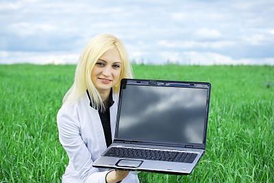 笔记本电脑,女人,天空,休闲活动,水平画幅,美人,夏天,户外,草,仅成年人