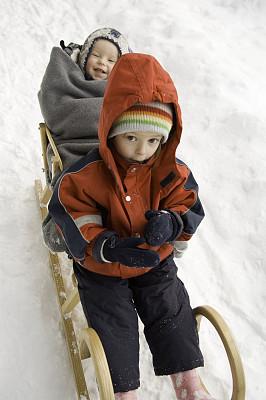 冬天,儿童,动物雪车,雨衣,雨鞋,垂直画幅,学龄前,高视角,雪,户外