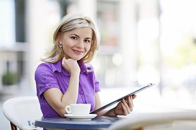菜单,餐馆,青年女人,水平画幅,美人,户外,文档,咖啡,仅成年人,青年人