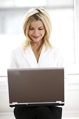 笔记本电脑,女商人,垂直画幅,办公室,顾客,忙碌,白人,仅成年人,现代,青年人