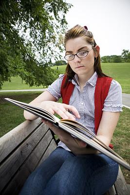 户外,知识,大学生,垂直画幅,公园,白人,青年人,彩色图片,书,成年的