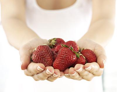 草莓,捧着,半身像,水平画幅,白人,特写,仅成年人,前景聚焦,青年人,彩色图片