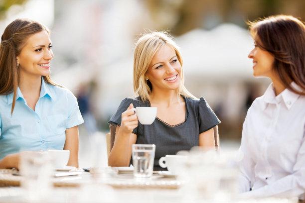 周末活动,女商人,30到39岁,少量人群,水平画幅,人群,套装,户外,白人,仅成年人