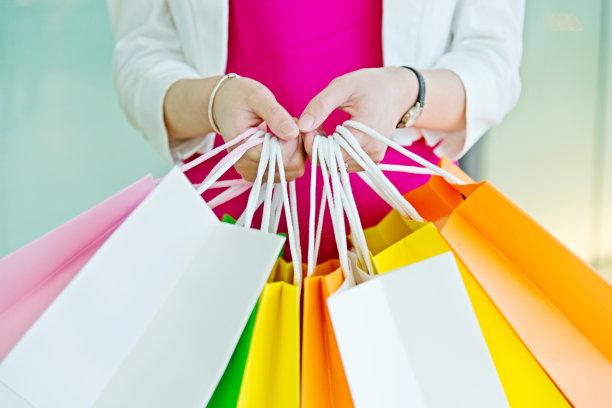 女人,拿着,购物袋,纸袋,正面视角,留白,顾客,仅成年人,现代,青年人