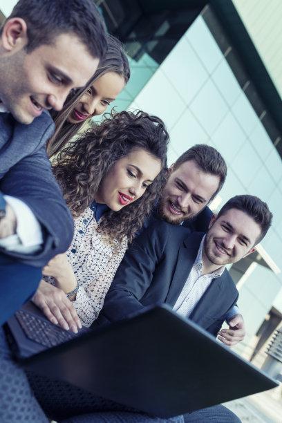 商务,办公室,使用手提电脑,前面,团队,五个人,下班后,垂直画幅,商务关系,男商人
