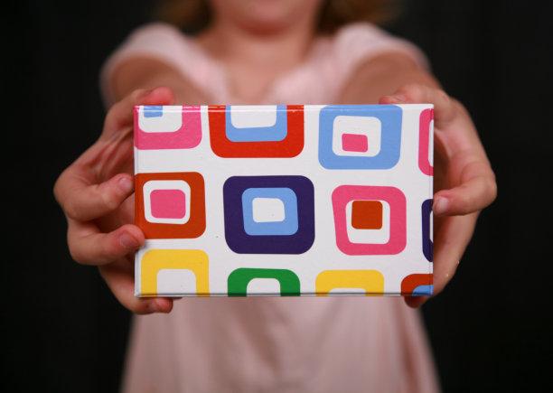 拿着,盒子,女孩,慈善捐赠,水平画幅,生日,圣诞礼物,青年人,童年