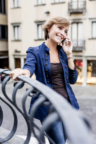 女人,手机,户外,乌迪内,弗留利-威尼斯朱利亚大区,垂直画幅,休闲活动,电子邮件,30岁到34岁,图像