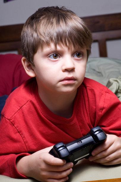 计算机游戏,进行中,儿童,掌上电子游戏,垂直画幅,小的,便携式信息设备,遥控器,人,男性