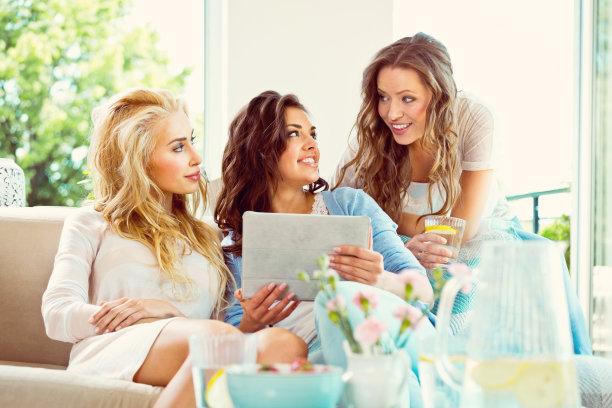 友谊,女性,家庭生活,早晨,健康,仅成年人,网上冲浪,沙发,青年人,技术