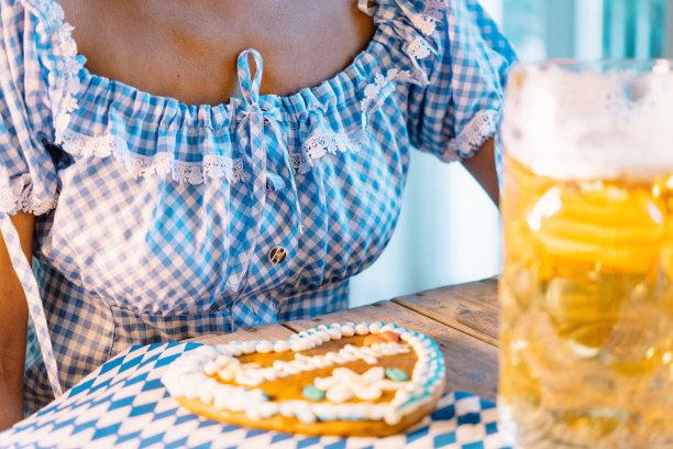 紧身连衣裙,啤酒节,女人,桌子,啤酒瓶,巴伐利亚旗,情书,德式姜饼,陶质啤酒杯,甜心