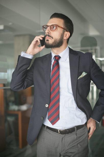 男商人,青年人,贝尔格雷德,垂直画幅,半身像,30岁到34岁,仅男人,不看镜头,仅成年人,眼镜