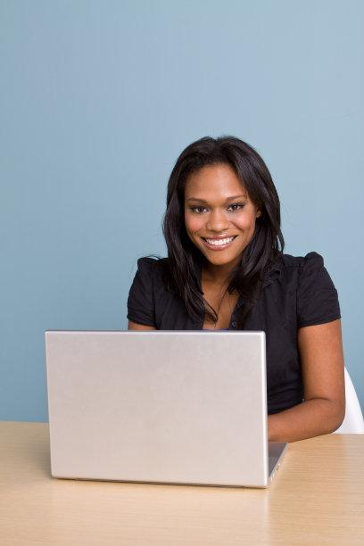 女人,使用电脑,垂直画幅,笔记本电脑,非裔美国人,仅成年人,青年人,彩色图片,仅一个青年女人,技术