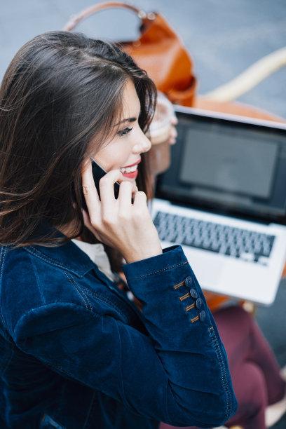 青年人,女商人,智能手机,垂直画幅,笔记本电脑,电话机,户外,咖啡,看,技术