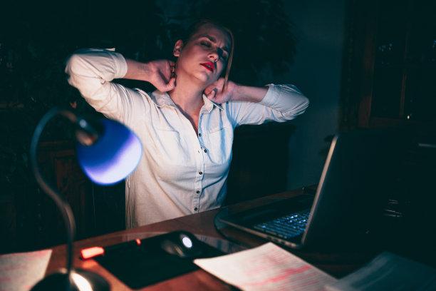 夜晚,疲劳的,青年人,女商人,使用手提电脑,努力,仅成年人,居住区,网上冲浪,知识