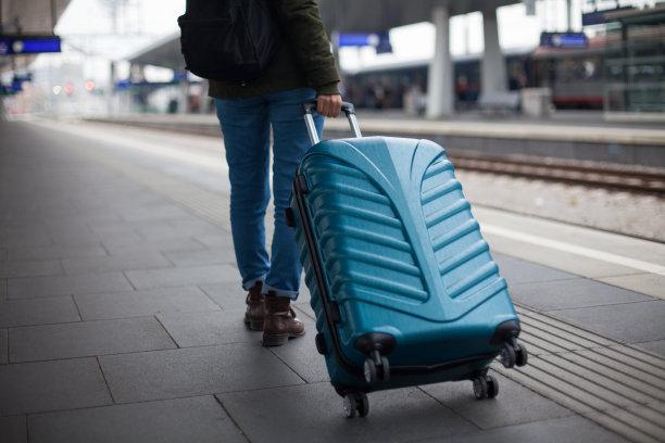 火车,美,通勤者,水平画幅,美人,旅行者,行李,白人,仅成年人,现代