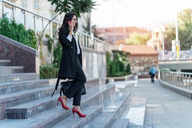 商务,女人,棕色头发,楼梯,智慧,套装,仅成年人,眼镜,青年人,信心