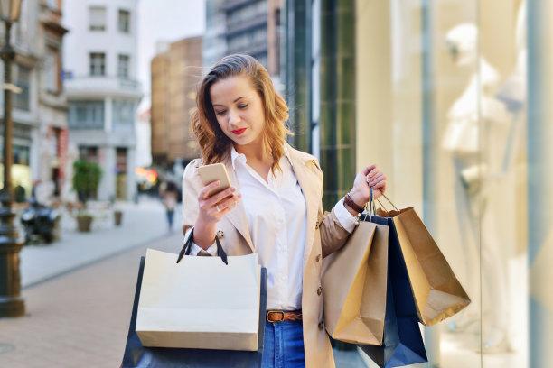 逛橱窗,市区路,顾客,商店,电子商务,头套着纸袋,仅成年人,青年人,购物狂,服装店
