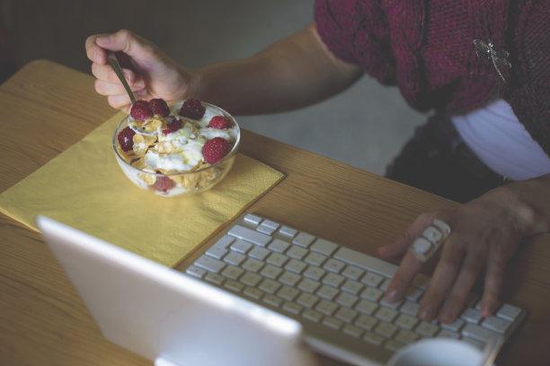 早餐,美,什锦烤燕麦片,水平画幅,美人,酸奶,特写,仅成年人,青年人,玉米片