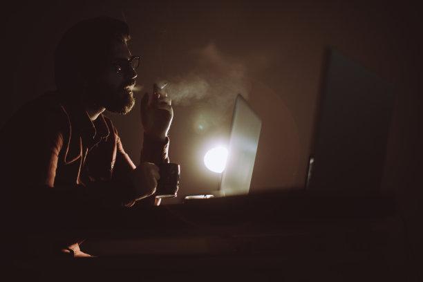 计算机,辛勤工作,笔记本电脑,水平画幅,电子邮件,网络安全防护,计算机软件,入室行窃,安全,夜贼
