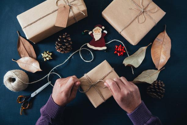 新年前夕,裹住,礼物,桌子,平铺,牛皮纸,水平画幅,新年,圣诞礼物