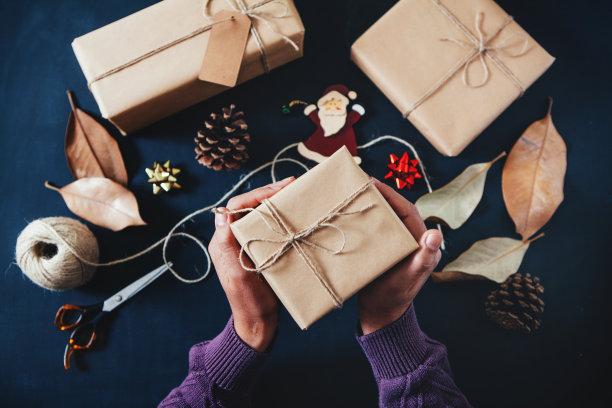 圣诞礼物,拿着,礼物,牛皮纸,水平画幅,新年,部分,圣诞装饰物,彩色图片