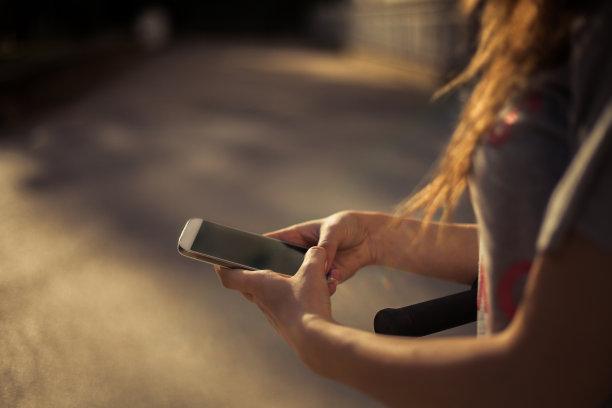 网上冲浪,青少年,留白,青春期,休闲活动,水平画幅,电子邮件,电话机,消息,t恤