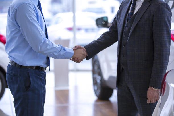 汽车展示厅,新的,水平画幅,顾客,套装,汽车销售人员,男性,仅成年人,陈列室,商业金融和工业
