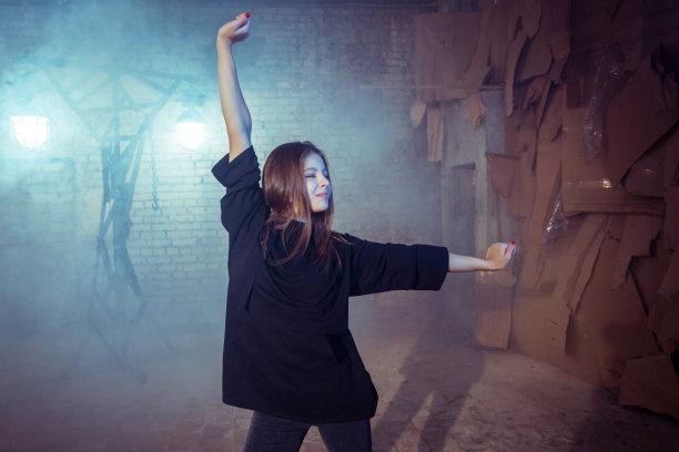 快乐,女孩,舞蹈,青少年,水平画幅,美人,砖墙,古老的,白人,俄罗斯