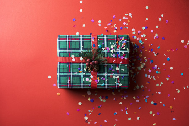 圣诞礼物,五彩纸屑,红色背景,平铺,在下面,水平画幅,高视角,彩色背景,圣诞装饰物