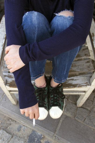 香烟,女人,垂直画幅,留白,青春期,四肢,休闲活动,高视角,腿,健康